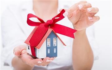 Cha mẹ tặng cho con nhà, đất được miễn thuế, phí?