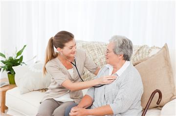 TP.HCM: Khám chữa bệnh tại nhà cho người cao tuổi trong mùa dịch
