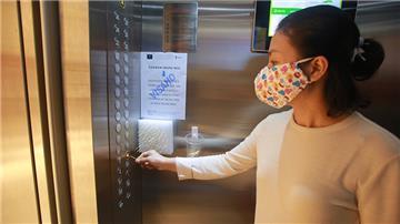 Người sốt, ho, đau rát họng, khó thở không được vào chung cư