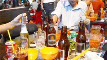 """Để nhân viên uống rượu, bia trong giờ làm, """"sếp"""" bị phạt đến 5 triệu"""