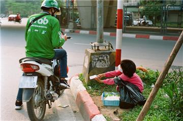 Lợi dụng trẻ em bán hàng rong để kiếm tiền, mức phạt là gì?