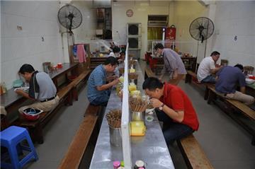 Hà Nội: Nhiều hàng ăn, tạp hóa, nhà trọ phải đóng cửa
