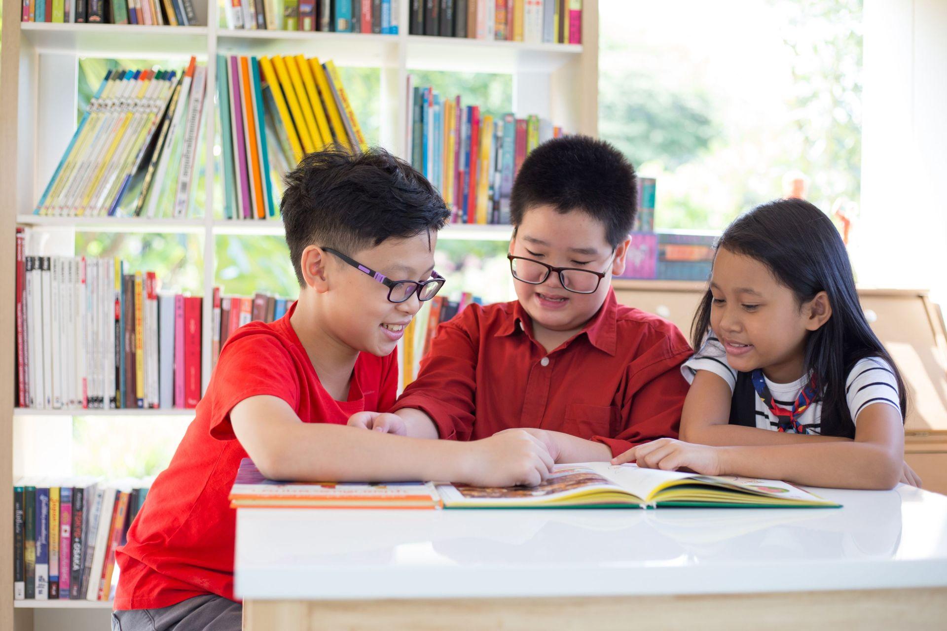 Học sinh tiểu học được tặng danh hiệu xuất sắc hoặc tiêu biểu