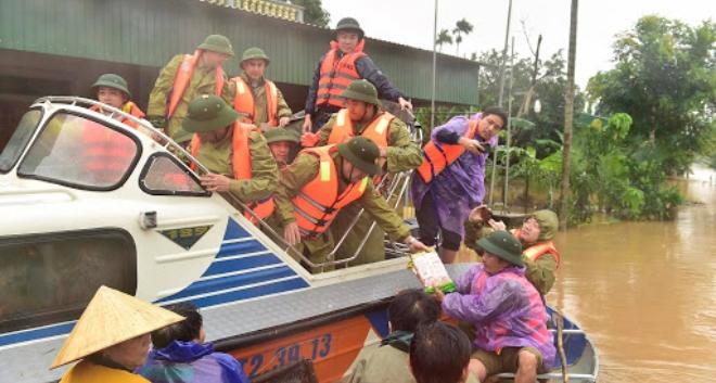 Cấp xuồng phao cứu sinh cho 5 tỉnh miền Trung bị lũ