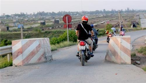 Dân tự ý xây trụ bê tông trên đường làng, có phạm luật?