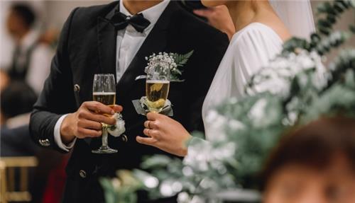 16 tuổi làm đám cưới mà không đăng ký kết hôn có phạm luật?