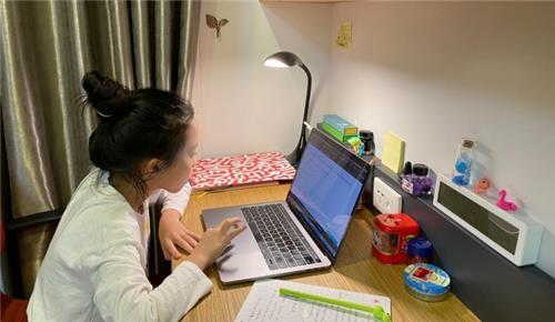 Học sinh làm kiểm tra kết quả học online trực tiếp tại trường