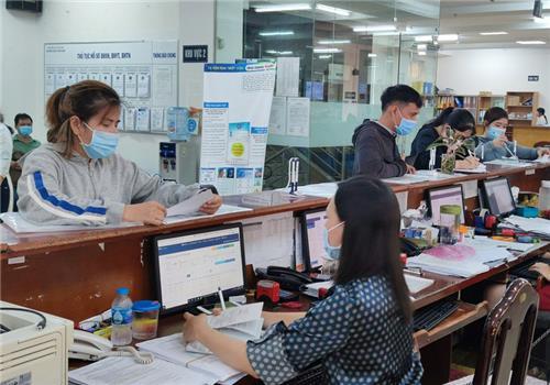 Người lao động được hỗ trợ mở thẻ ATM để nhận tiền từ Quỹ BHTN